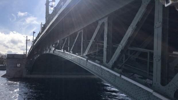 ГИБДД Санкт-Петербурга перекрыла Дворцовый мост до конца дня