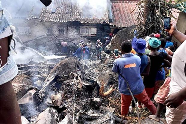 Вертолёт ВВС Зимбабве рухнул на жилой дом