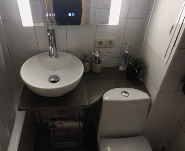 Парень в 22 года сделал ремонт ванной комнаты в подарок маме. Всё своими руками!
