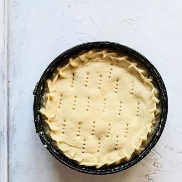 Для лучшего пропекания прокалываем тесто вилкой в нескольких местах. Чтобы он не был сухим смазываем верхушку теплым молоком.