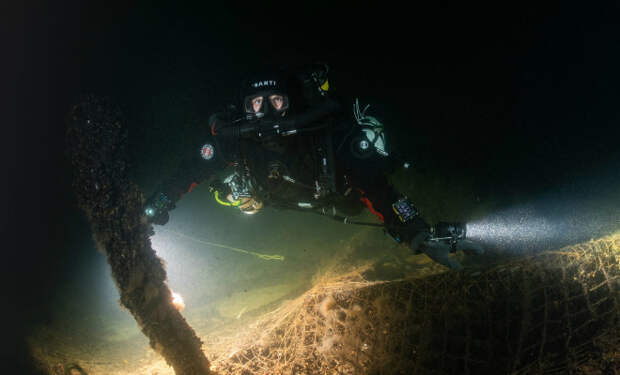 Дайверы проникли на потерянный корабль Рейха, лежавший на дне 75 лет. В трюмах нашли ящики с клеймом: полагают, в них может быть Янтарная комната