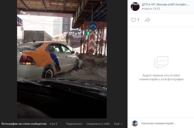 Каршеринг влетел в отбойник в проезде Серебрякова