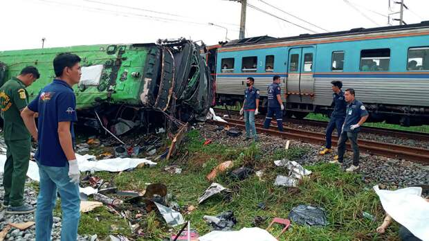 В Таиланде 20 человек погибли при столкновении поезда с автобусом