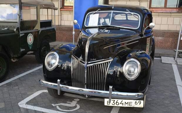 Седан Ford Deluxe с мотором V8 образца 1939 года