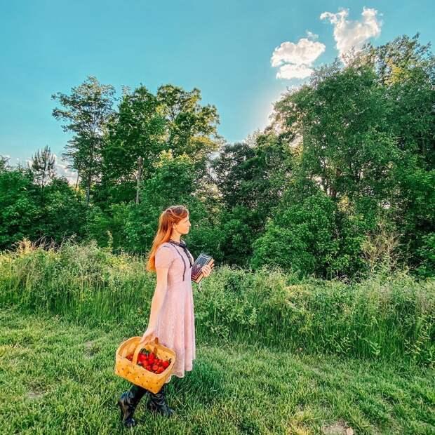 Cottagecore: Девушки вплатьях ретро нафоне деревенской идиллии— новый тренд соцсетей