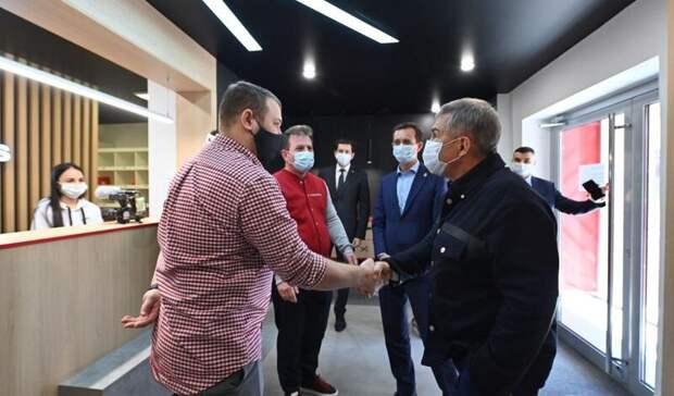 Минниханов оценил казанский маркетплейс и забрал толстовку