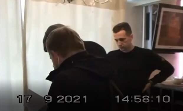 Видео задержания снимавших в квартире нарушения на выборах в Госдуму