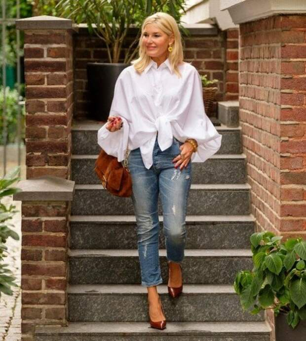 10 нескучных образов с белой рубашкой для женщин 50+