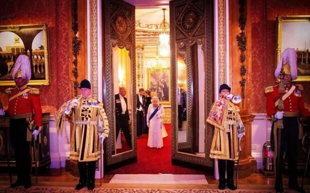 8 знаменитостей, которые нарушали приличия в Букингемском дворце