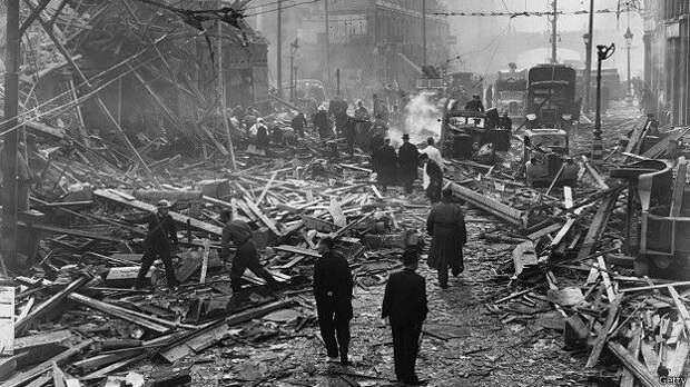 Сцена разрушений на лондонской Фаррингдон Роуд после падения ракеты Фау-2, 1945 год.