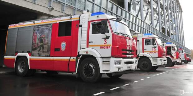 Загоревшийся мусор на Колпинской тушили пожарные