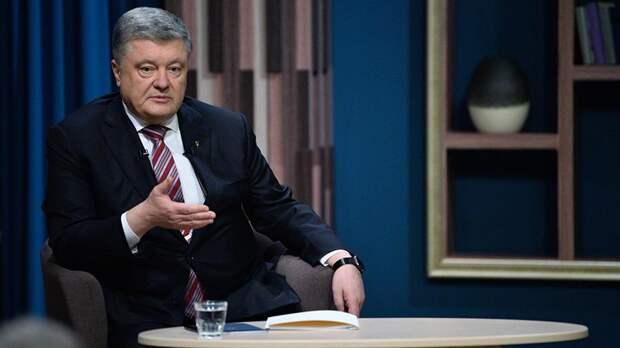 Пытается сбежать: стало известно, что Порошенко имеет пять паспортов