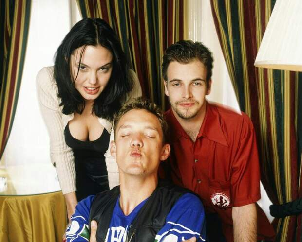 Коллеги и супруги Анджелина Джоли и Джонни Ли Миллер. 1997 год.