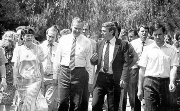 На фото: июнь, 1991 года, предвыборный визит в Новочеркасск Собчака и его помощника Путина( взято из книги Т. Бочаровой «Кровавый полдень»)