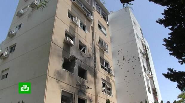 Прямое попадание ракеты в жилую многоэтажку в Израиле сняли на видео