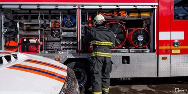 Пожарные спасли семь человек из горящей квартиры на Енисейской