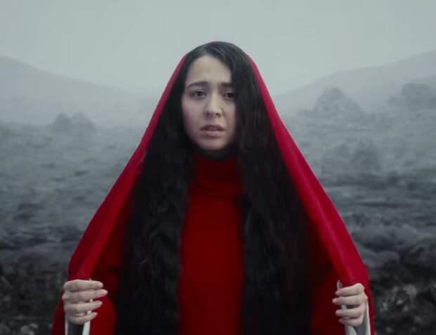 «Вулканом я выплесну всю обиду»: Манижа выпустила новый клип, где плачет и обращается к матушке-земле за помощью