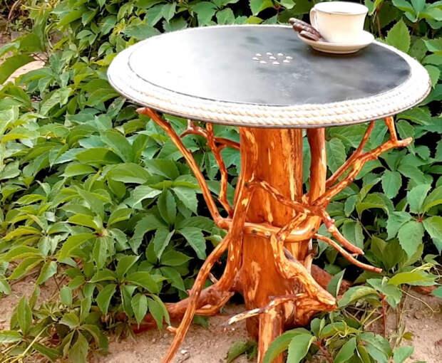 Просто соединив старый ненужный поднос и пень с дачного участка, можно получить дизайнерский столик