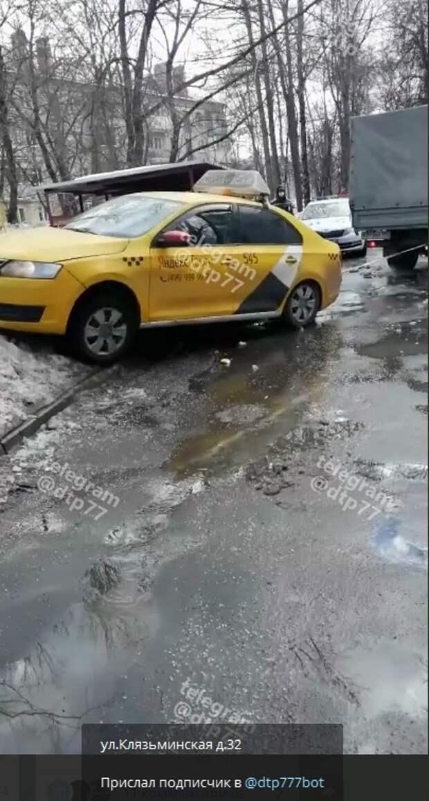 На Клязьминской улице такси влетело на гору снега