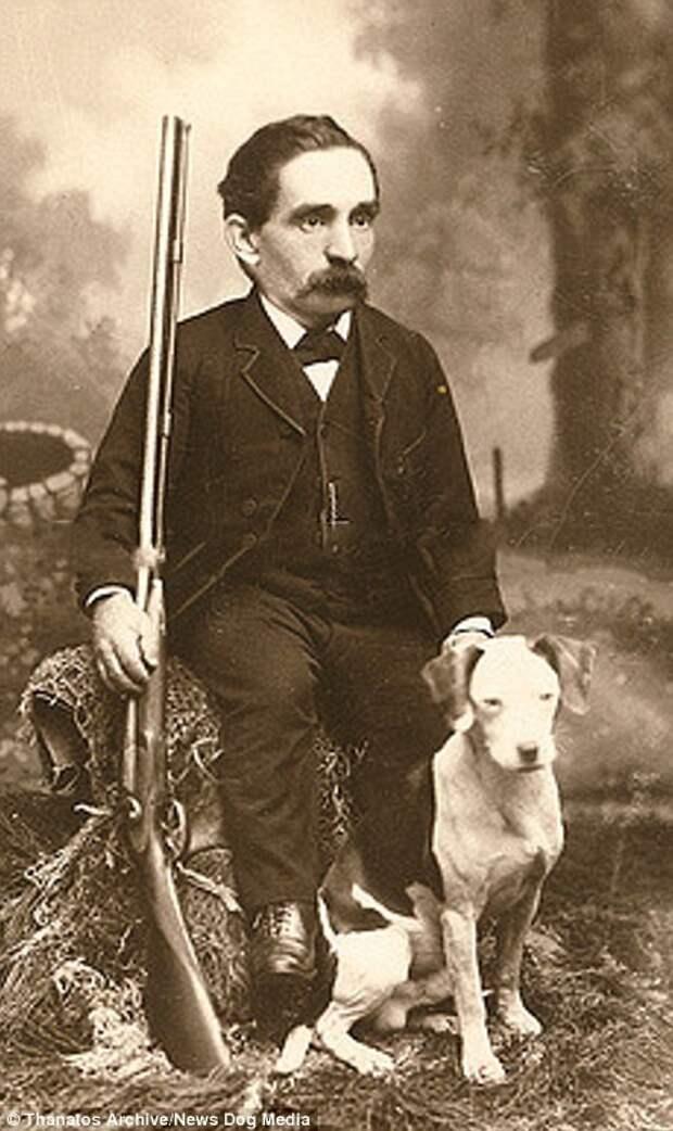 Этого мужчину в 1890-х годах прозвали «Карлик-охотник» деформация, люди