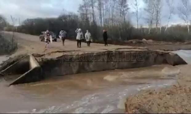 Соцсети: в Ромненском районе размыло новую дорогу (видео)