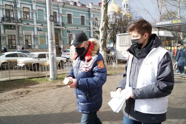 В Крыму волонтёры показали гражданам, как легко получить доступ к личной информации