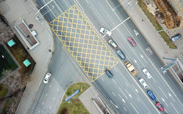 Штрафовать водителей станет проще: в ПДД ввели «вафельную» разметку