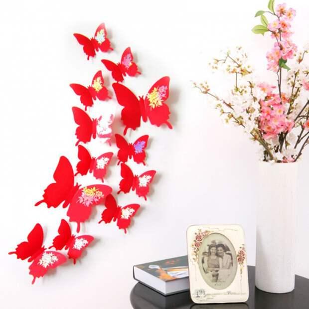Декор стены из ярких крупных бабочек