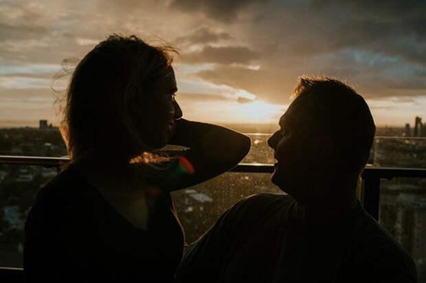 Стеф и Роб стоят на балконе своей квартиры в лучах заходящего солнца. Фото: James Day.