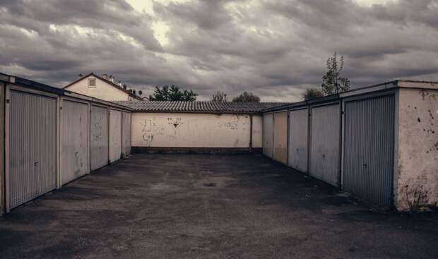В Феодосии начали сносить незаконные гаражи и торговые точки