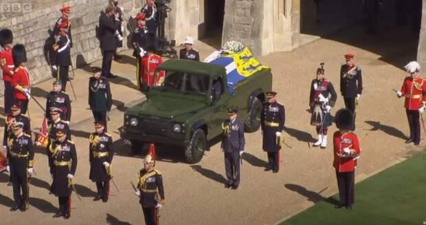 Гроб принца Филиппа показали на онлайн-трансляции с похорон в Британии