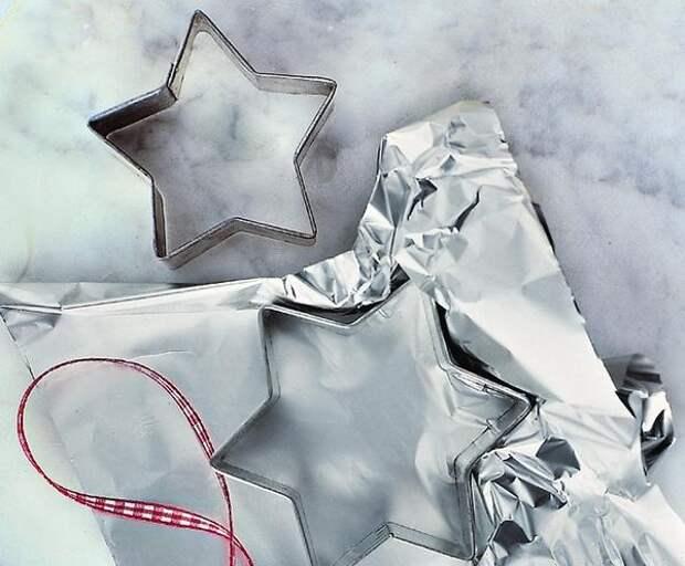 Выстелите противень фольгой и разложите формы для печенья