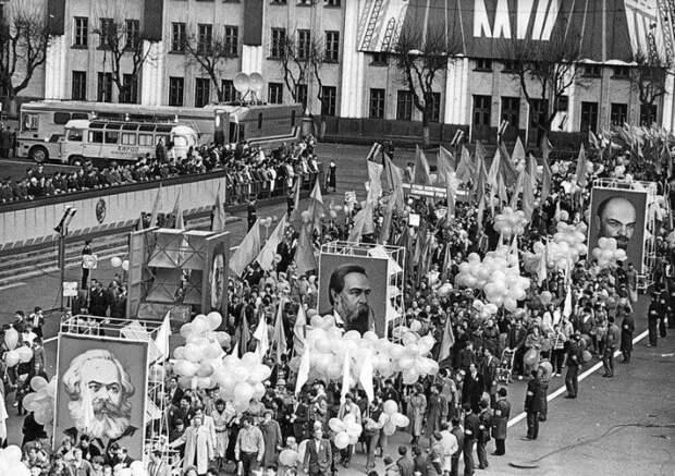 Чем не религиозное шествие?