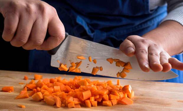 Режем овощи как профи: техника нарезки от шефа сокращает время втрое
