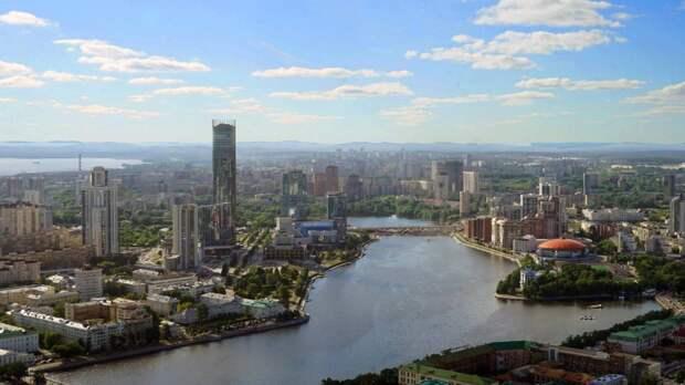 Автомобилисты боятся ездить по Екатеринбургу из-за масштабной коммунальной аварии