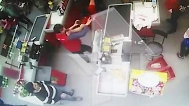 В «Пятерочке» произошла драка со стрельбой между посетителями и охранниками (ВИДЕО)