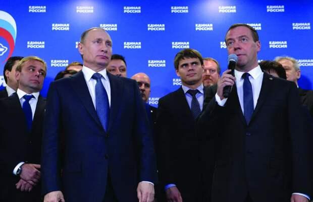 Владимир Путин рядом с лидером фракции и членами Государственной Думы