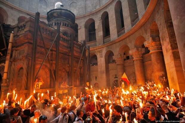В храме Гроба Господня в Иерусалиме сошёл Благодатный огонь!