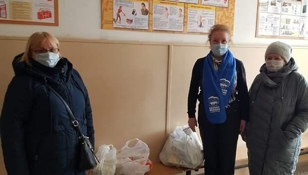 Депутат Белова передала продуктовые наборы 14 пожилым и одиноким учителям