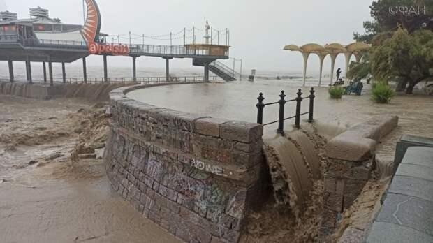 Крымчане устроили заплывы во время затопления улиц ливнями