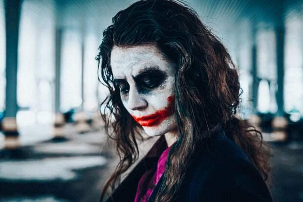 Девушка с маской Джокера на лице