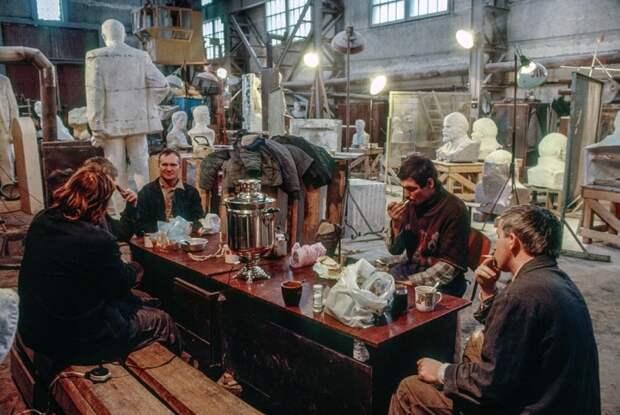 Перерыв на чаепитие на заводе по производству бюстов и памятников Ленину. СССР, Москва, 1989 год. Автор фотографии: Chris Niedenthal.