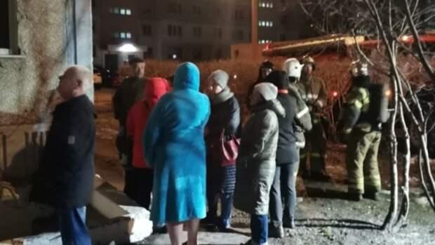 20 человек эвакуировали во время ночного пожара в Барнауле