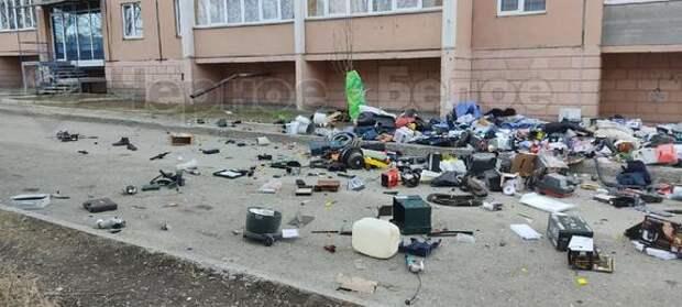 В Магнитогорске мужчина бросал из окна деньги и вещи черного цвета