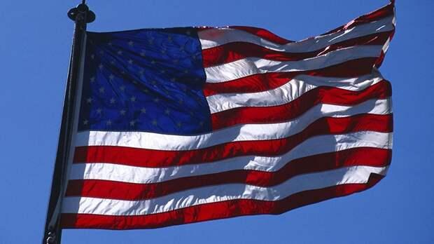 В США учительница призвала школьников принести клятву верности флагу ЛГБТ