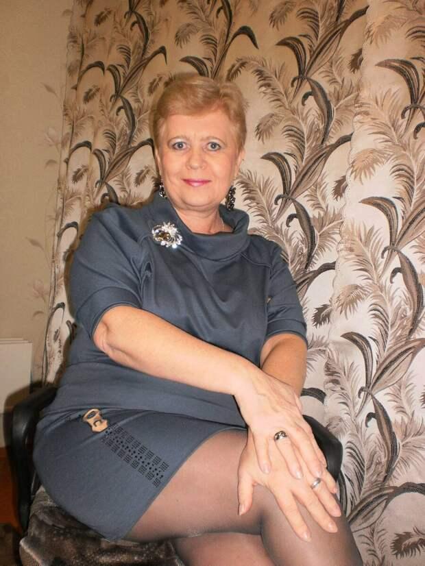 Взрослая женщина в сером платье. /Фото: i11.fotocdn.net