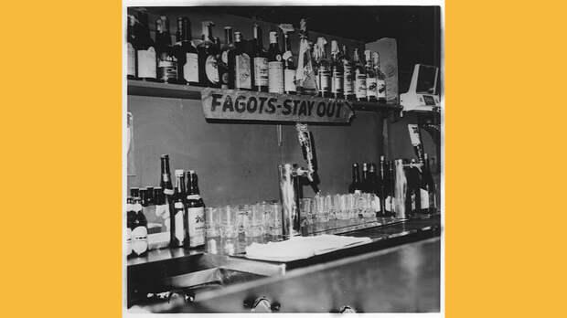 Уведомление о том, что геи не обслуживаются в баре Barney's Beanery, 1969