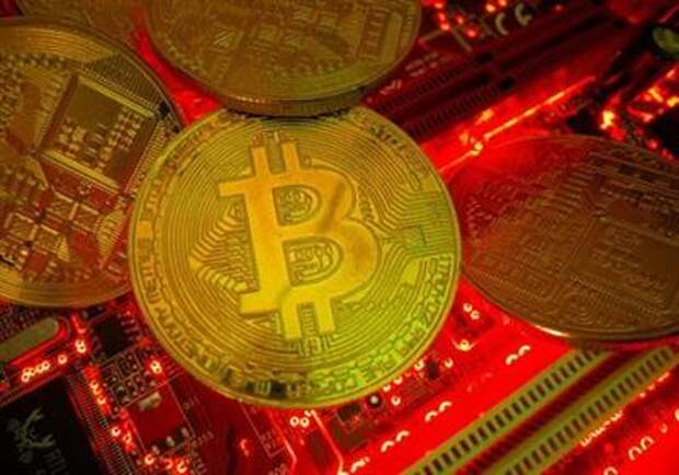 FILE PHOTO: Representations of the virtual currency Bitcoin stand on a motherboard in this picture illustration taken May 20, 2021. REUTERS/Dado Ruvic/Illustration/File Photo