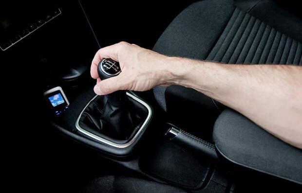 Рука на рычаге - угроза для автомобиля.