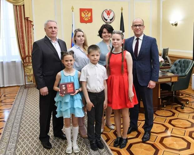 В Удмуртии 9 семейным парам вручили знак отличия «Родительская слава»